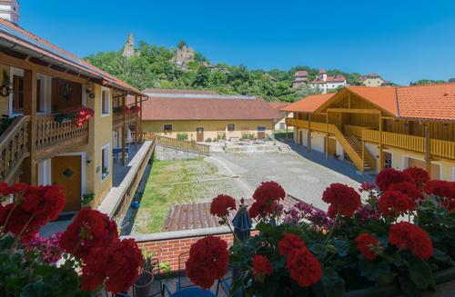 Innenhof mit Stellplätzen und Terrasse