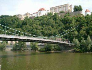 Blick über die Hängebrücke auf die Veste Oberhaus